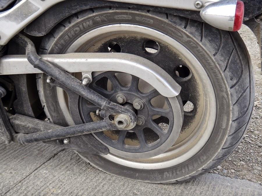 Zelao Passo a passo para trocar o pneu furado da moto
